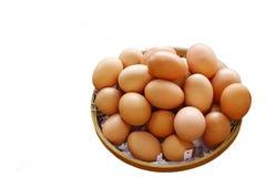Uova nell'isolato del canestro su fondo bianco Fotografie Stock Libere da Diritti