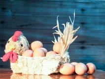 Uova nelle galline della paglia Immagini Stock Libere da Diritti