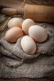 Uova organiche crude dell'azienda agricola Fotografie Stock Libere da Diritti