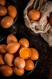 Uova organiche del pollo dell'azienda agricola Fotografie Stock Libere da Diritti