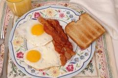 Uova, pancetta affumicata e pane tostato Immagini Stock Libere da Diritti