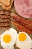 Uova, pancetta affumicata, pane tostato e prosciutto Immagine Stock Libera da Diritti
