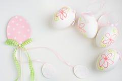 Uova pastelli di Pasqua su fondo bianco Fotografie Stock