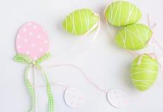 Uova pastelli di Pasqua su fondo bianco Decorazione dell'estere Immagine Stock