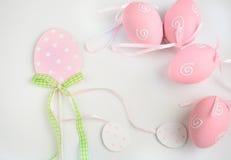 Uova pastelli di Pasqua su fondo bianco Decorazione dell'estere Fotografia Stock Libera da Diritti