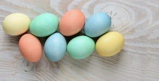 Uova pastelli sulla tavola bianca rustica fotografia stock libera da diritti