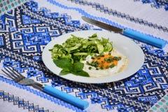 Uova rimescolate appetitose con l'insalata di cavolo Fotografie Stock