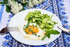 Uova rimescolate appetitose con l'insalata di cavolo Fotografia Stock