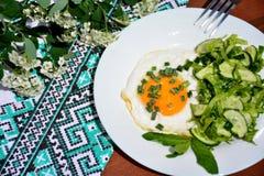 Uova rimescolate appetitose con l'insalata di cavolo Immagini Stock Libere da Diritti
