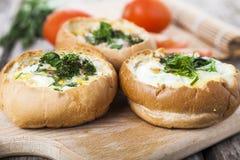 Uova rimescolate con formaggio e bacon fotografia stock