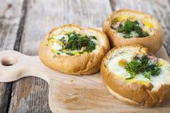Uova rimescolate con formaggio e bacon fotografia stock libera da diritti