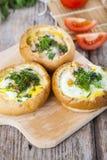 Uova rimescolate con formaggio e bacon immagini stock