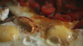 Uova rimescolate con i pomodori video d archivio
