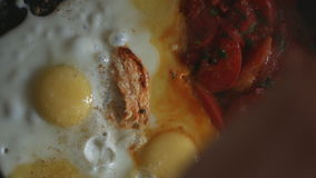 Uova rimescolate con i pomodori archivi video