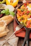 uova rimescolate con il pomodoro e la prima colazione tradizionale dei peperoni Immagini Stock