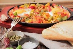 uova rimescolate con il pomodoro e la prima colazione tradizionale dei peperoni Immagine Stock Libera da Diritti