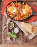 uova rimescolate con il pomodoro e la prima colazione tradizionale dei peperoni Fotografie Stock