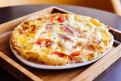 Uova rimescolate con pancetta affumicata ed il pomodoro Fotografie Stock