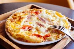 Uova rimescolate con pancetta affumicata ed il pomodoro Fotografia Stock