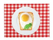 Uova rimescolate con pane sul piatto, sul tovagliolo di colore Immagini Stock