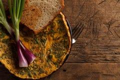Uova rimescolate con pane tostato e le cipolle immagini stock libere da diritti