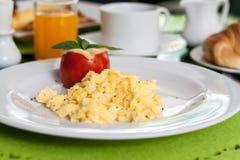 Uova rimescolate molli con il pomodoro Immagine Stock