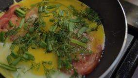 Uova rimescolate spruzzate con aneto archivi video