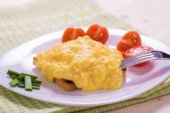 Uova rimescolate stile francese su pane tostato Fotografia Stock Libera da Diritti