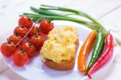 Uova rimescolate stile inglese su pane tostato Fotografia Stock Libera da Diritti