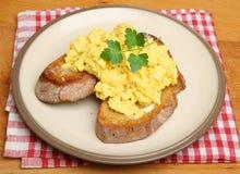 Uova rimescolate su pane tostato Immagine Stock Libera da Diritti