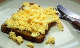 Uova rimescolate su pane tostato Fotografia Stock Libera da Diritti