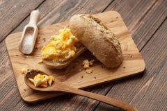 Uova rimescolate su un panino Fotografie Stock