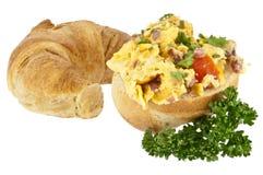Uova rimescolate su un rullo con il croissant Fotografie Stock Libere da Diritti