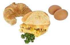 Uova rimescolate su un rullo con il croissant Fotografia Stock