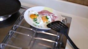 Uova rimescolate sul piatto su un piatto con la salsiccia La ragazza l stock footage