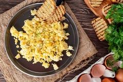 Uova rimescolate sulla pentola con pane tostato arrostito Immagine Stock