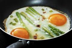 Uova rimescolate in una padella con asparago Fotografia Stock Libera da Diritti