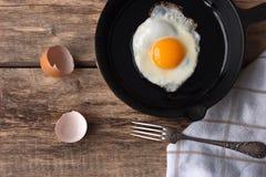 Uova rimescolate in una pentola del ferro sulla tavola rustica Fotografia Stock Libera da Diritti