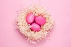 Uova rosa di Pasqua su un fondo rosa immagine stock libera da diritti