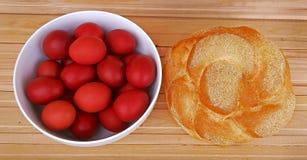 Uova rosse di Pasqua e pane casalingo Festa di Pasqua fotografia stock