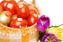 Uova rosse e dorate di Pasqua con il tulipano sopra bianco Immagine Stock Libera da Diritti