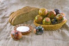 Uova rurali sulla superficie di legno Immagini Stock