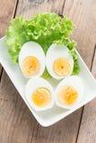 Uova sode affettati sul piatto bianco Vista superiore Fotografia Stock