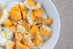Uova sode in ciotola pronta per mangiare Fotografia Stock