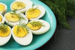 Uova sode deliziosi su un primo piano del piatto su un fondo scuro fotografia stock libera da diritti