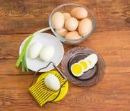 Uova sode parzialmente affettato dell'affettatrice dell'uovo interi e, fotografia stock