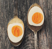 Uova sode in vecchio cucchiaio su vecchio fondo di legno immagini stock libere da diritti