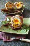 Uova sodo/carne per salsiccia con le erbe sulla ciotola verde Fotografia Stock Libera da Diritti