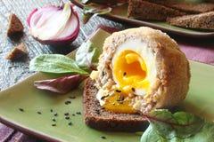 Uova sodo/carne per salsiccia con le erbe sulla ciotola verde Fotografie Stock Libere da Diritti