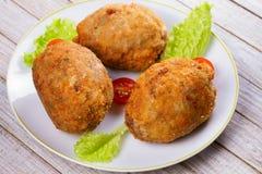 Uova sodo/carne per salsiccia serviti con la ciliegia e l'insalata del pomodoro sul piatto bianco Immagine Stock Libera da Diritti